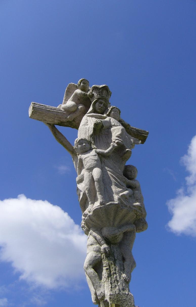 Detalle de crucero gallego con Virgen y ángeles.
