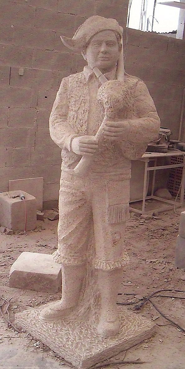 Escultura en piedra do Gaiteiro Dopazo.