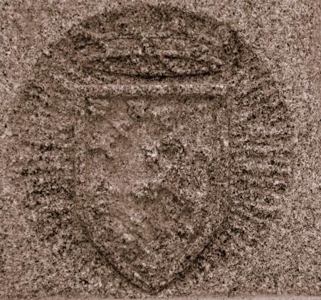 Escudo de baronía Ovílvar en piedra.