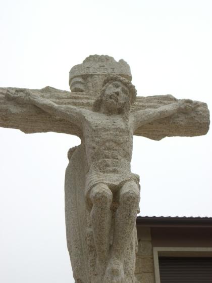 Al otro lado, Cristo crucificado.
