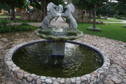 Fuente de piedra con caballos enfrentados.