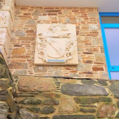 Escudo colocado en Villa Brandariz.